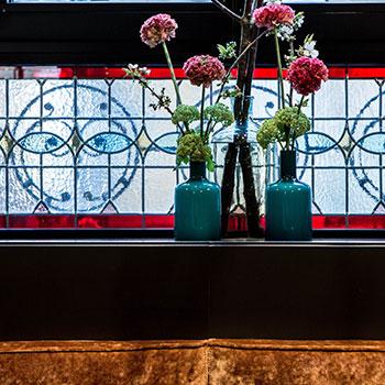 Vitraux entièrement restaurés par Les Passeurs de Lumière à l'Hôtel La Tamise